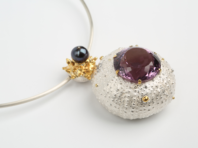 Māris Šustiņš, Untitled, 2016, necklace, sterling silver, 24-karat gilding, amethyst, black pearl, 200 x 140 x 30 mm, photo: Art Gallery Putti