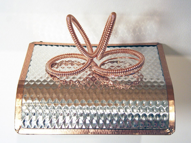 Julia Heineccius, Coil 2, 2012, brooch, rose gold-plated copper, 120 x 60 x 75 mm, photo: artist